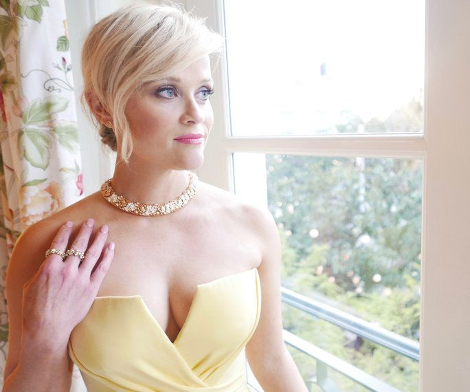 Реесе Witherspoon Golden Globes Getting Ready - Lead