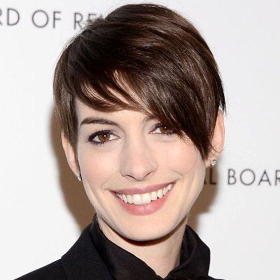 Анне Hathaway - A Tousled Pixie