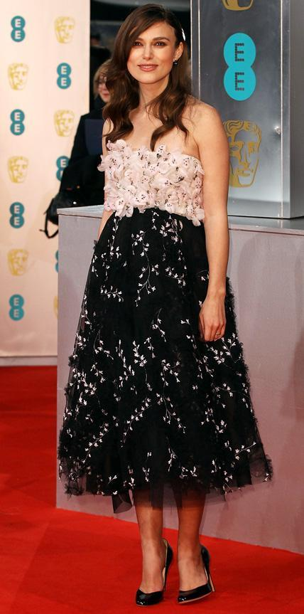 كيرا Knightley in Giambattista Valli couture.
