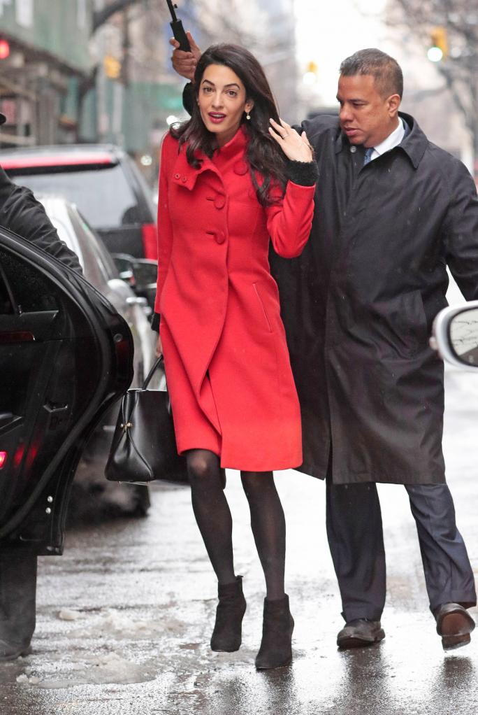 ЕКСКЛУЗИВНО: Amal Alamuddin Clooney wears a red coat while navigating the snow storm in New York City