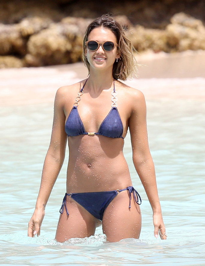 شبه الحصري ... Jessica Alba Shows Off Her Bikini Body In The Caribbean