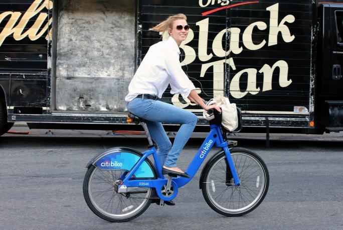 Супермодел Karlie Kloss rides a Citibike to the gym on July 2, 2014 in New York City