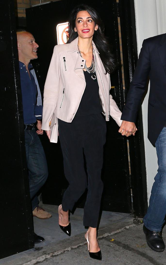 ЕКСКЛУЗИВНО: Amal Clooney and George Clooney have a 3 hour dinner with Julia Roberts (not pictured) at Claudette in New York City, NY