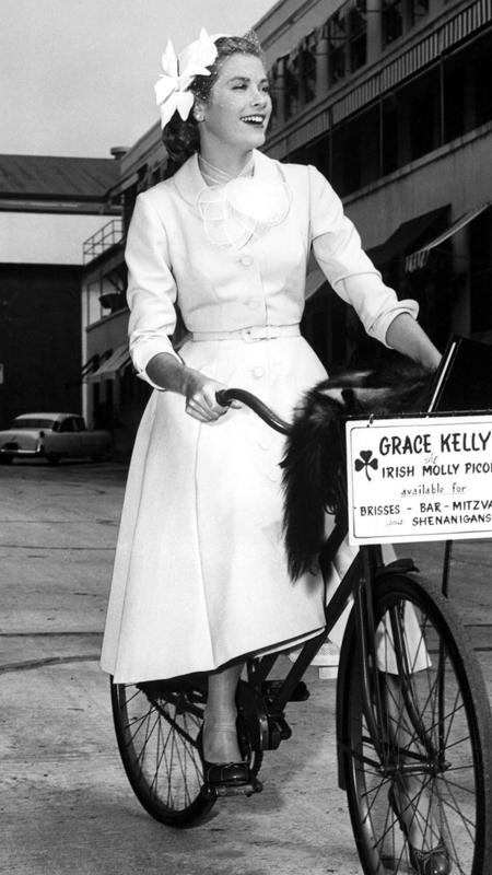 грациозност Kelly bicycles to the soundstage of her latest Paramount picture, 1954