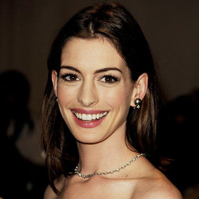 آن Hathaway-foundation-Gina Brooke-2010 MET Gala