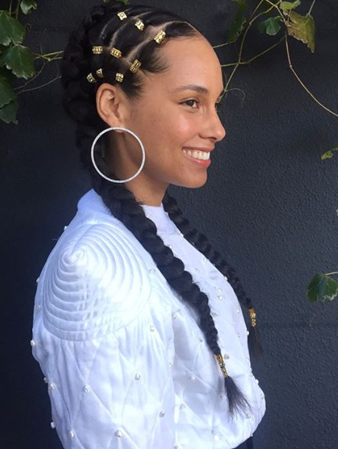 Алициа Keys wearing gold cuff beads in her braids