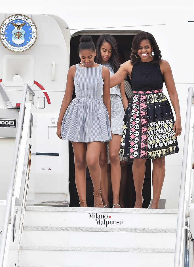Први Lady Michelle Obama arrives with daughters Malia Obama (C) and Sasha Obama (L) at Malpensa Airport on June 17, 2015 in Milan, Italy.