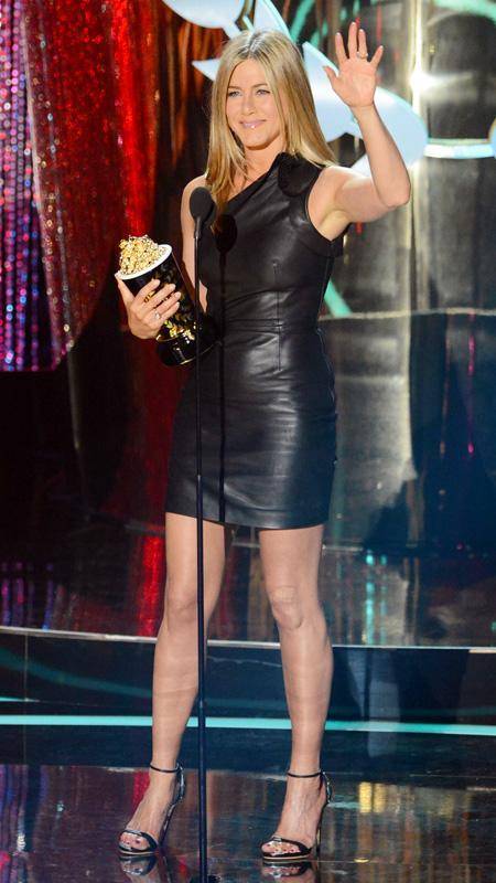 جنيفر Aniston little black leather dress