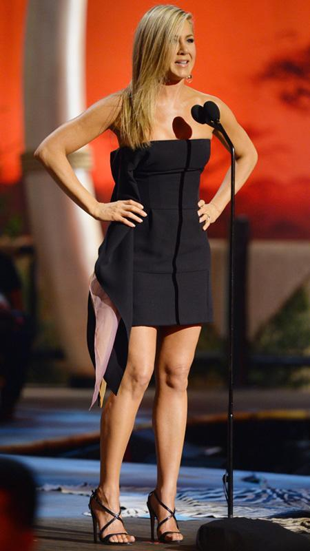 جنيفر Aniston little black strapless dress
