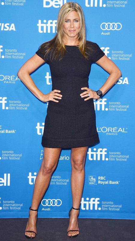 جنيفر Aniston little black short sleeve dress