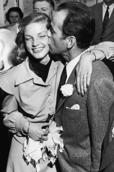 Хумпхреи Bogart and Lauren Bacall wedding kiss