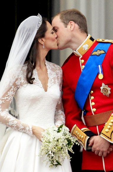 Кате Middleton and Prince William wedding kiss