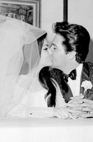Елвис Presley and Priscilla Presley wedding kiss