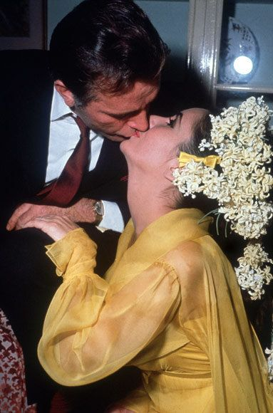 Елизабет Taylor and Richard Burton wedding kiss