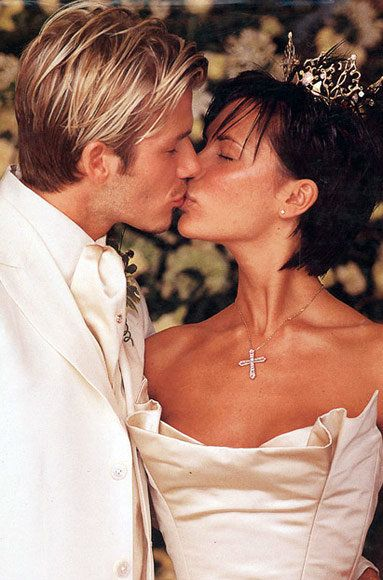Давид and Victoria Beckham wedding kiss