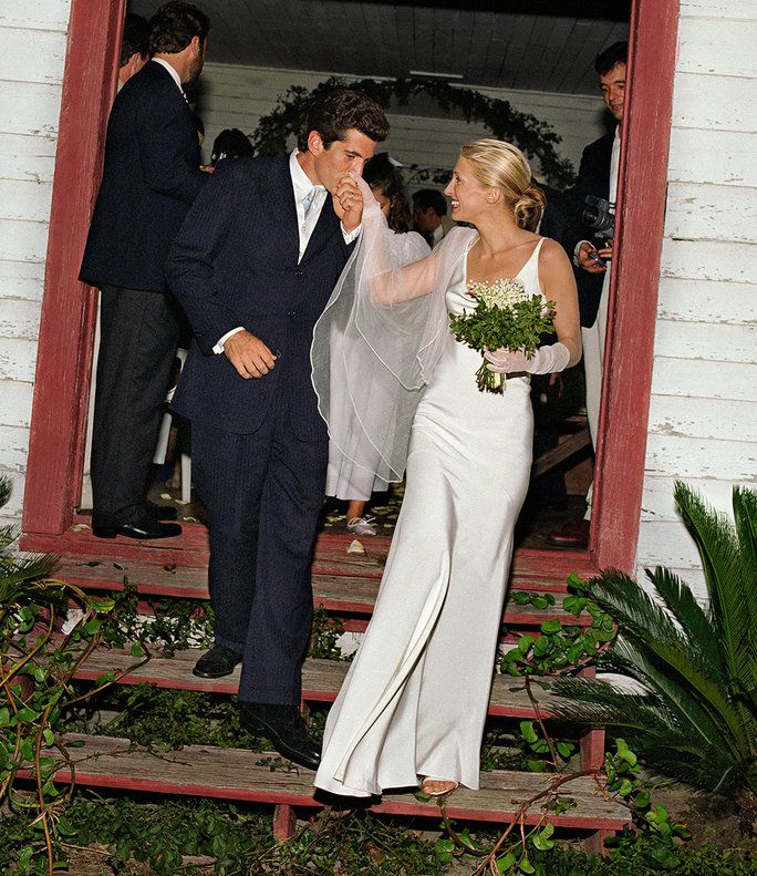 Јохн F. Kennedy Jr and Carolyn Bessette-Kennedy wedding kiss