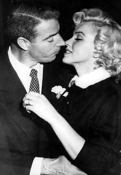 Марилин Monroe and Joe DiMaggio wedding kiss