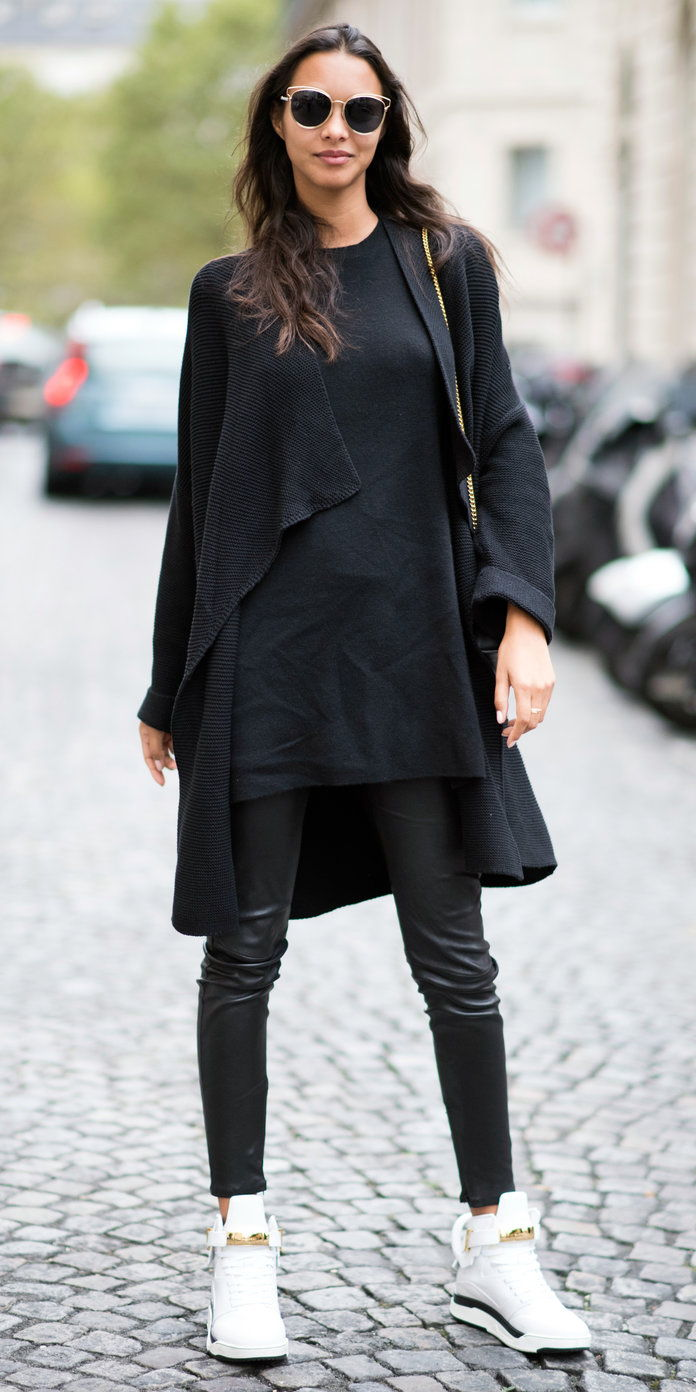 Лаис Ribeiro in head-to-almost-toe black