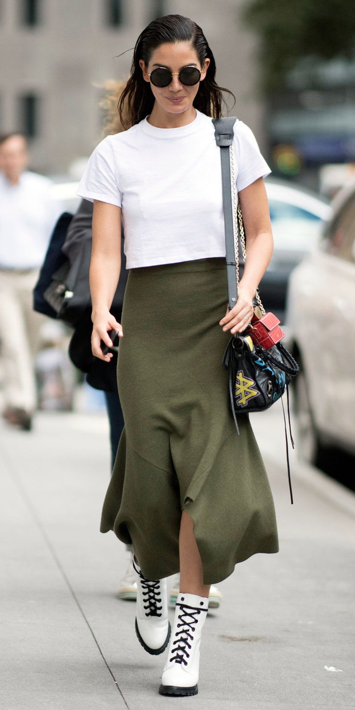 Лили Aldridge in an olive green midiskirt