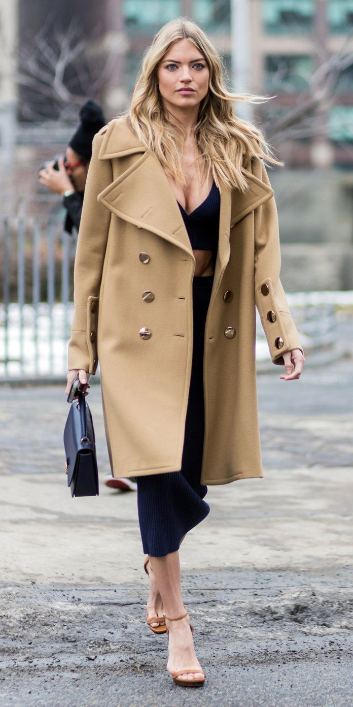 Марта Hunt in a classic trench coat