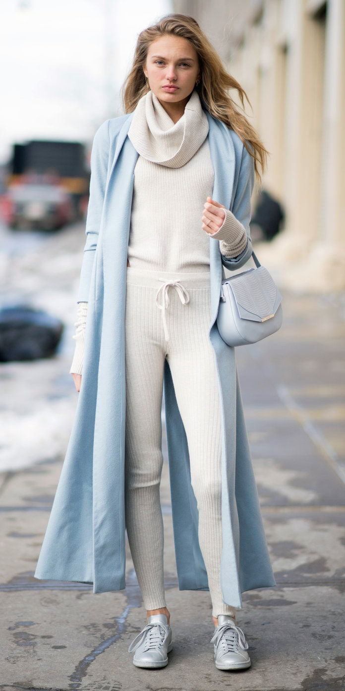 Ромее Strijd in a Blue Trench and Sneakers