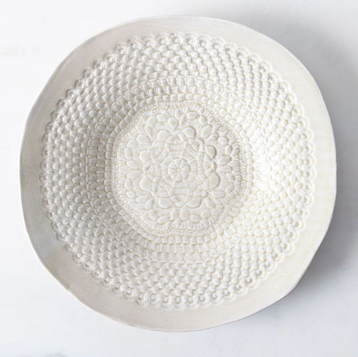 РУЧНА ИЗРАДА ROUND PLATTER WITH LACE DETAIL