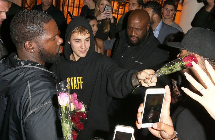 Сингер Justin Bieber is seen here arriving at Tape Night Club in London with A Bunch Of Roses and was seen handing them out to females in the que for the night club.Justin earlier in the evening was performing in London at the 02 arena as part of his Pur