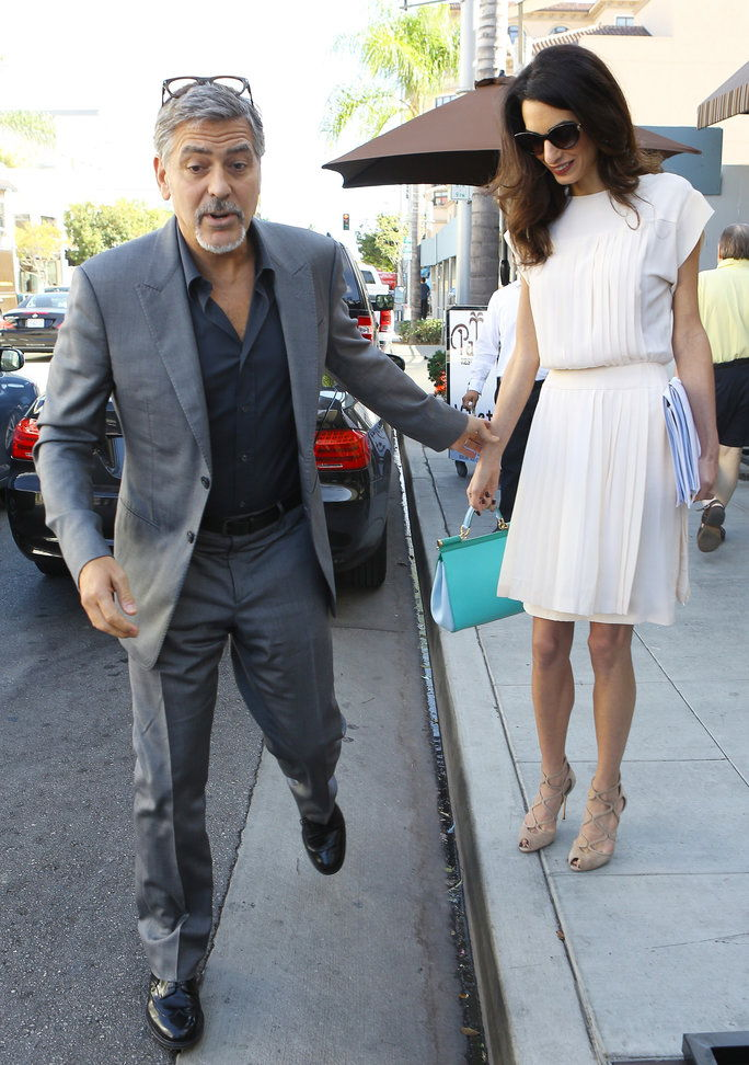 Беверли Hills, CA - Hollywood couple George and Amal Clooney look chic during a casual lunch at Palms Restaurant.AKM-GSI October 22, 2015To License These Photos, Please Contact :