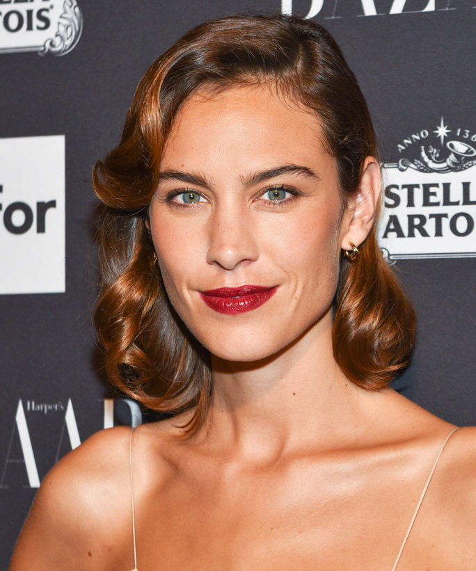 НОВО YORK, NY - SEPTEMBER 9: Alexa Chung attends The Worldwide Editors of Harper's Bazaar Celebrate Icons by Carine Roitfeld at The Plaza Hotel on September 9, 2016 in New York City. (Photo by Sean Zanni/Patrick McMullan via Getty Images)