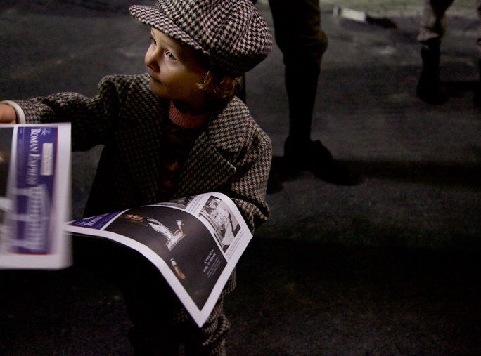 Ситни Newsies Handed Out Newspapers Before the Show