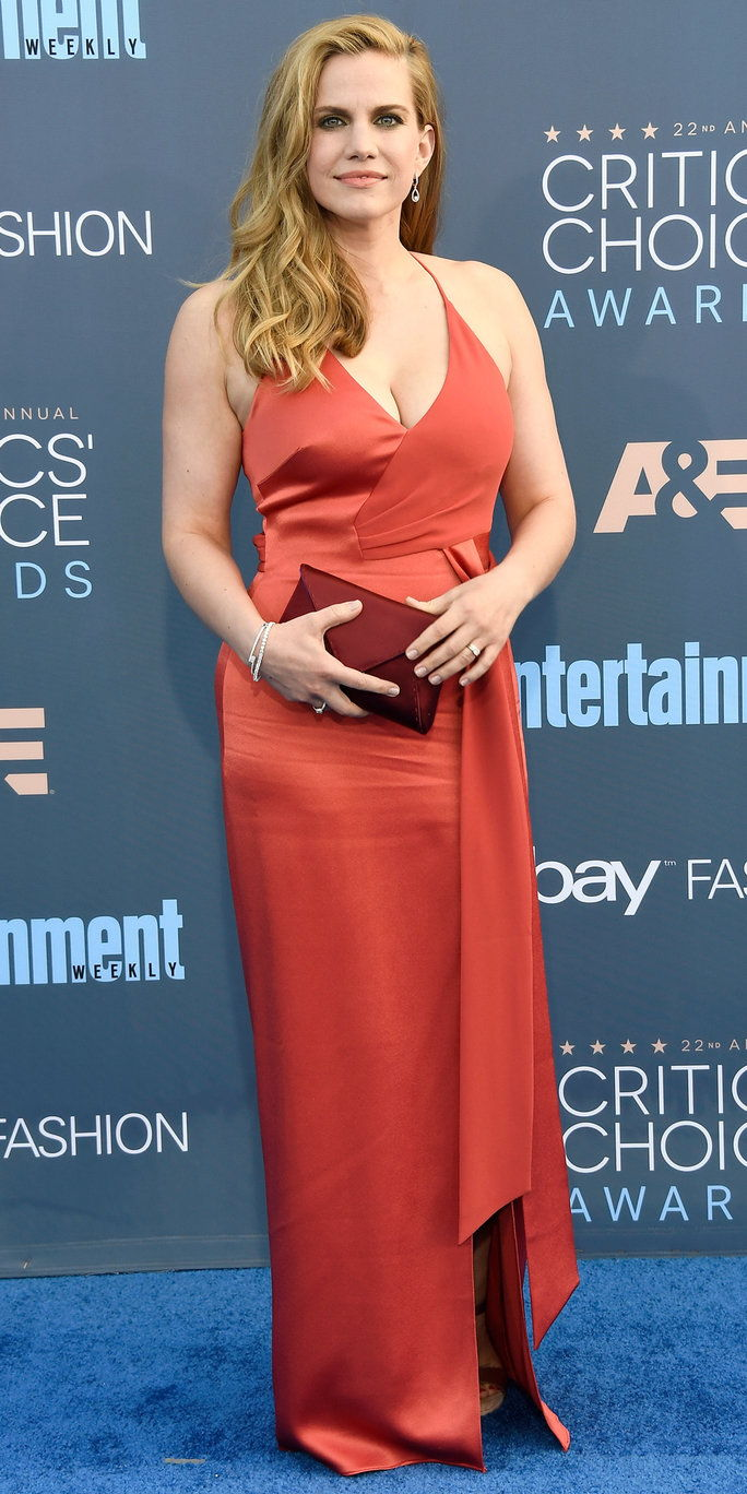 Глумица Anna Chlumsky attends The 22nd Annual Critics' Choice Awards at Barker Hangar on December 11, 2016 in Santa Monica, California.