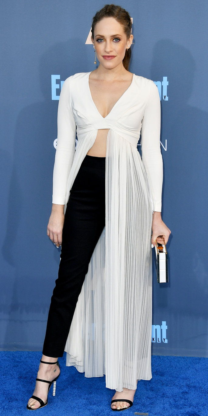 Глумица Carly Chaikin attends The 22nd Annual Critics' Choice Awards at Barker Hangar on December 11, 2016 in Santa Monica, California.