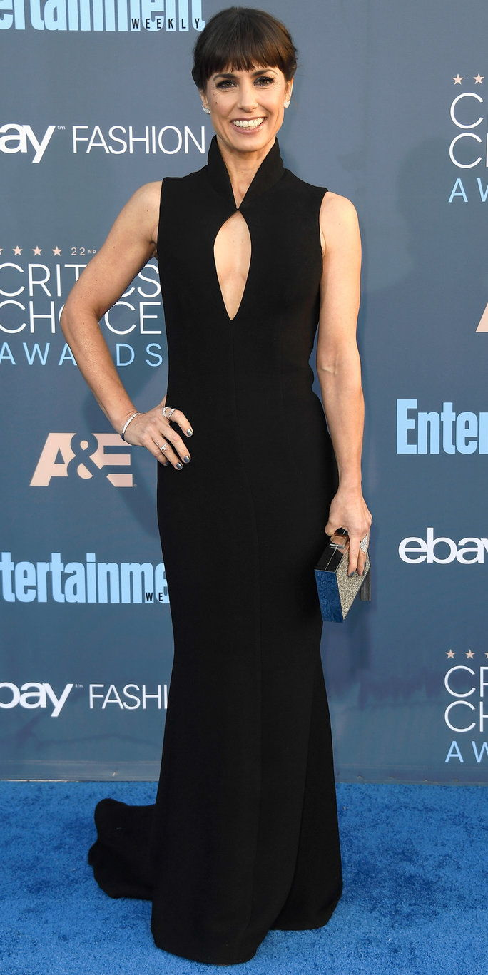 Глумица Constance Zimmer attends The 22nd Annual Critics' Choice Awards at Barker Hangar on December 11, 2016 in Santa Monica, California.