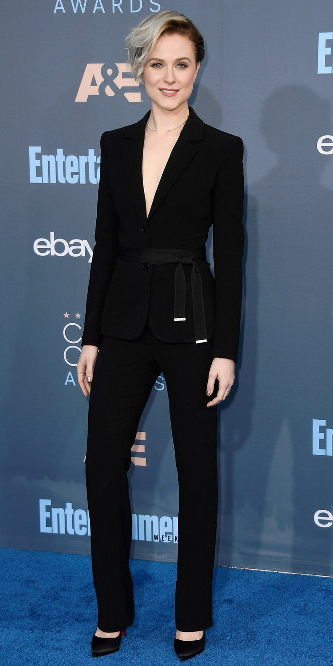 Глумица Evan Rachel Wood attends The 22nd Annual Critics' Choice Awards at Barker Hangar on December 11, 2016 in Santa Monica, California.