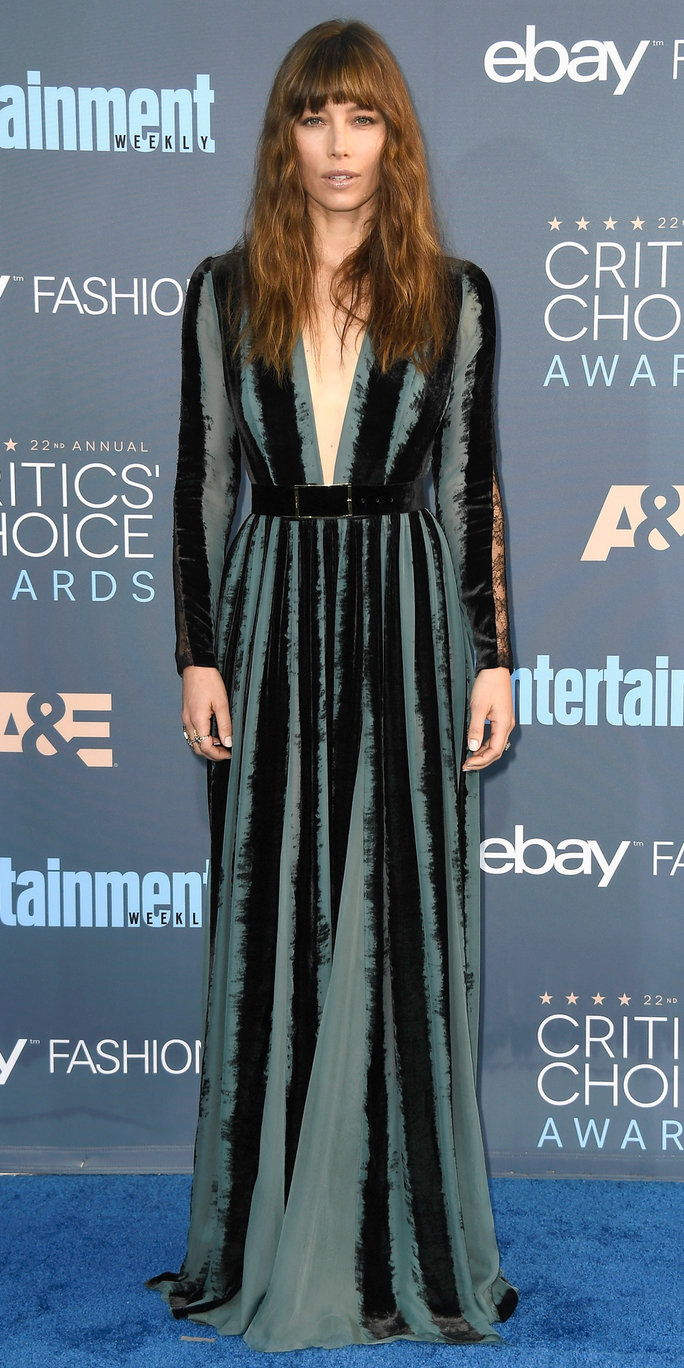 Глумица Jessica Biel attends The 22nd Annual Critics' Choice Awards at Barker Hangar on December 11, 2016 in Santa Monica, California.