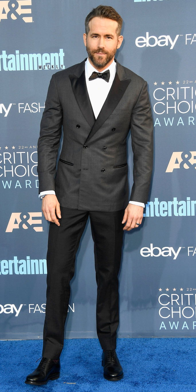 Глумац Ryan Reynolds attends The 22nd Annual Critics' Choice Awards at Barker Hangar on December 11, 2016 in Santa Monica, California.