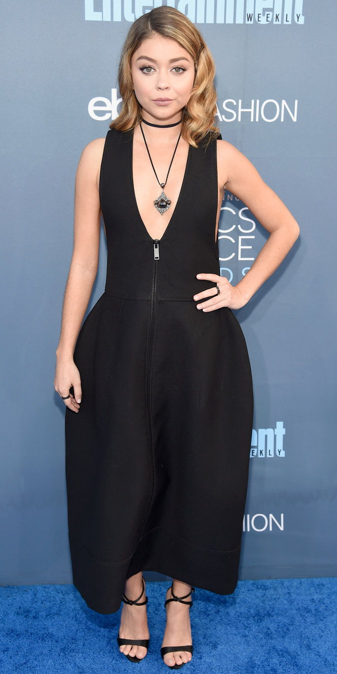 Глумица Sarah Hyland attends The 22nd Annual Critics' Choice Awards at Barker Hangar on December 11, 2016 in Santa Monica, California.