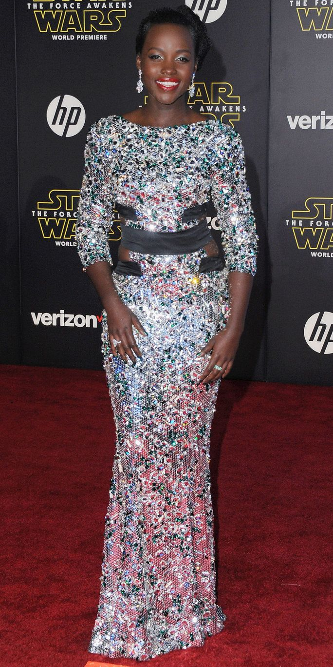 ممثلة Lupita Nyong'o arrives at the Los Angeles Premiere 'Star Wars: The Force Awakens' on December 14, 2015 in Hollywood, California.