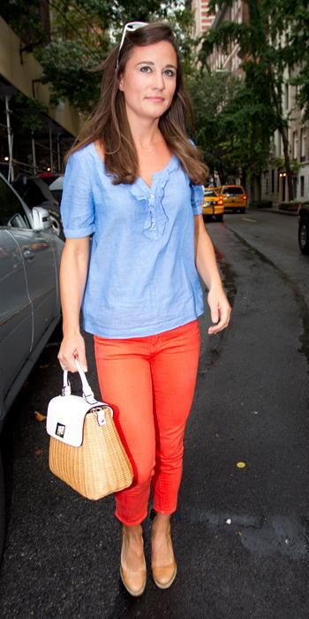 Пиппа Best Outfits - red jeans and Kate Spade bag