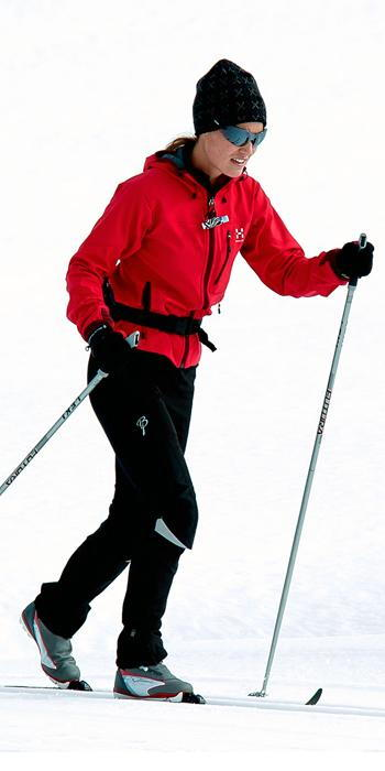 Пиппа Middleton - red ski jacket, black snow pants, a black hat, and sporty shades