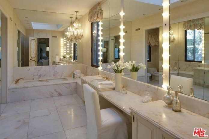 ال master bathroom