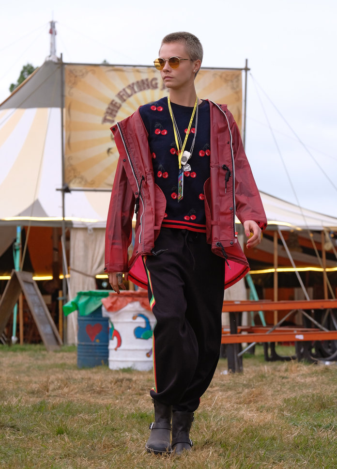 Цара going utiltarian on festival fashion in Hunter Originals coat and boots, 2017