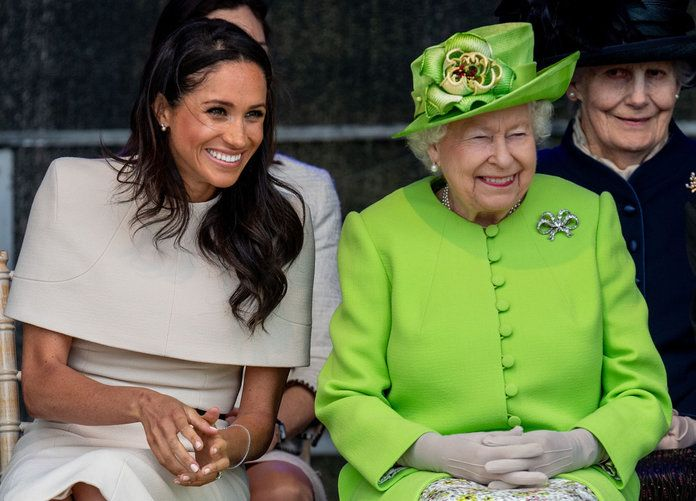 краљица Elizabeth and Meghan Markle giggling lead